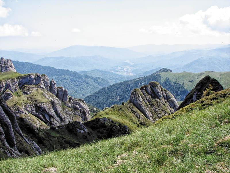Munţii Ciucaş, vedere spre Tigăile Mici, Culmea Bratocea, Muntele Roşu şi Cheia