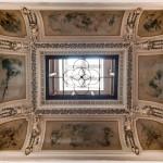 7. Luminator si plafonul pictat al etajului