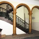 Imaginea 6 Elevaţia de est a holului de la parter, în luna iulie a anului 2002. Fotografie realizată de autoare.