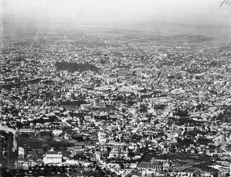 """""""Bucureștiul în 1927. Zona centrală și partea de nord a orașului"""" Sursă imagine: Bucureştiul fotografiat din aeroplan (1927), executată de Compagnie Aérienne Française, arhiva Institut Géographique National, Paris"""