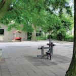 Curtea şcolii (căsuţa, groapa de nisip, locul pentru căţărat sunt elemente de joc pe care fiecare copil şi le poate însuşi, invocând scenarii variate);