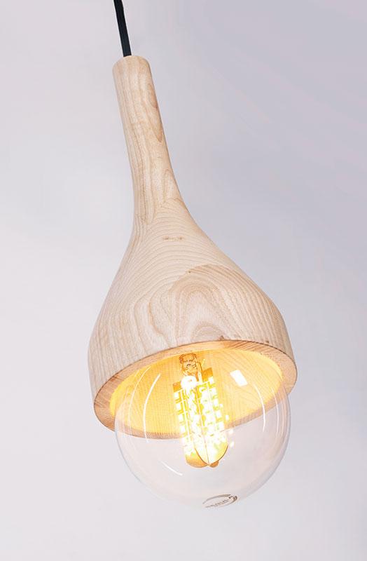 Lampa suspendată N, design: Rizi  Designul lămpii a integrat valorile proiectului casei solare EFdeN: materiale naturale, sustenabilitate, puritate. Pornind de la aceste principii, designerii au creat un obiect inspirat din ustensile și instrumente tradiționale din lemn. Au urmărit să esențializeze aceste forme până la cea mai firească alcătuire care să creeze o unitate cu sursă de lumină și punctul de suspendare. Lampa N îmbină logica meșteșugărească a prelucrării materialului cu simplitatea unui obiect contemporan. Material: lemn de fag Dimensiuni: 320 mm x 150 mm x 150 mm