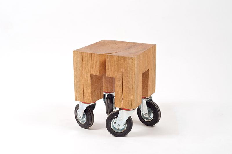 1Fagacea, scaun, designeri: Silva Artis   Antagonismul este cuvântul ce caracterizează cel mai bine această piesă de mobilier, geometria riguroasă a formei contrastează cu caracterul natural al lemnului. Designerii exploatează atât forma, cât și textura și imperfecțiunile lemnului, iar elementele industriale se integrează perfect în designul acestui taburet din lemn de stejar. Material: stejar Dimensiuni: 400 x 300 x 300 mm