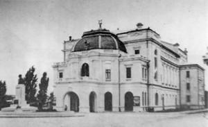 """Teatrul """"Mihai Eminescu"""" din Botoșani, operă a arhitectului Grigore Cerkez, inaugurat în 1914 și reconstruit după proiectul arhitectului Leon Srulovici, între anii 1956-1958."""