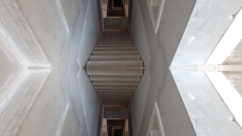 Oglindă și beton aparent la casa din Dionisie Lupu 33