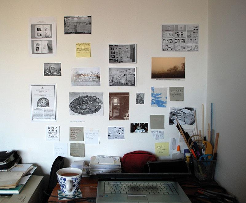 Masă de lucru și perete;