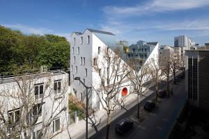 Ansamblu de locuințe sociale, proiectat de Stéphane Maupin pe unul dintre cele nouă loturi obținute prin îngustarea străzii Pierre Robière, pentru funcțiuni rezidențiale a căror proiectare a fost atribuită unor tineri arhitecți © Cécile Septet