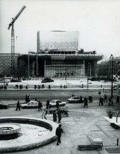 Șantierul lucrărilor de transformare ale fațadelor inițiale ale Sălii Mari a TNB, arh. Cezar Lăzărescu și colectiv; vedere din 1984 (arhiva foto a UAR)