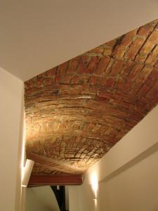 Structura planșeului peste subsol, bolți de cărămidă ce pun în valoare spațiul;