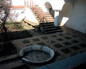 Restaurarea materialelor originare – travertin și cărămidă la pavimente și alei, calcar cochilifer la treptele scării de acces la etaj, mozaic din piatră de marmură și sticlă policromă pentru decorația fântânii din gradina mică;