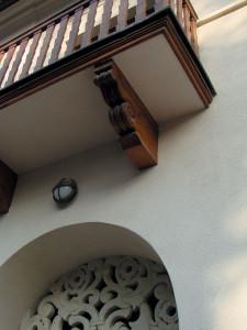 Console din lemn și balustrada cu montanți stilizați specifici curentului neoromânesc au fost scoase la lumină de sub straturi groase de vopsea de ulei, aplicate de foștii proprietari din perioada comunistă.