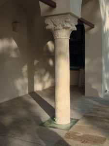 Pardoseala din travertin a terasei de ieșire în grădina mare este punctată de două coloane din piatră, a căror bază a fost evidențiată, fiind sub nivelul de călcare, printr-o placă de sticlă, cu lumina direcționată către fusul coloanei;