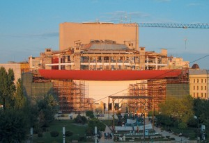 Șantierul lucrărilor de refacere în forma inițială ale fațadelor Sălii Mari a TNB, arh. Romeo Belea și colectiv; vedere din 2012 © Mihai Bodea
