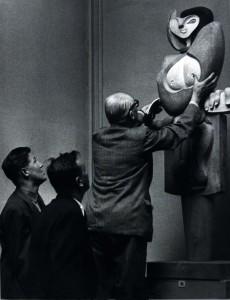 Le Corbusier prezentându-și sculptura Femeie, fotografie © FLC, ADAGP, Paris 2015