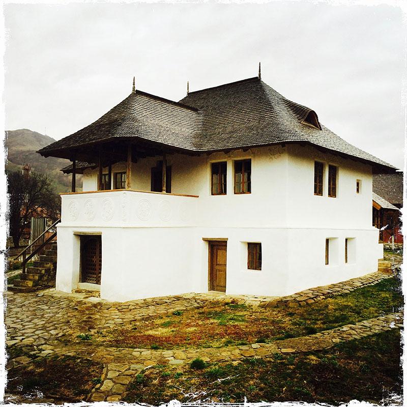 Casa-cu-Blazoane-Chiojdu-2