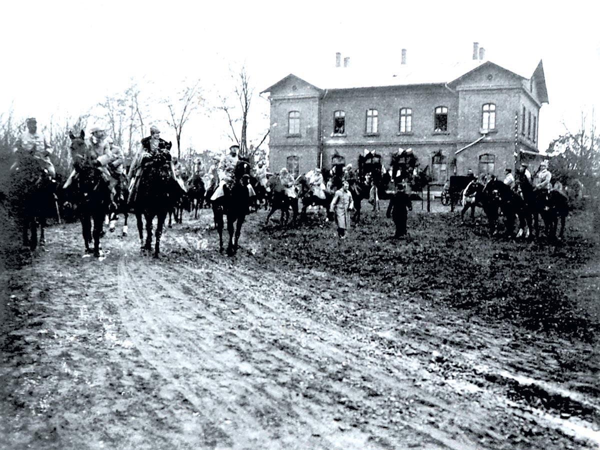 Imagine surprinsă de N. Drosso cu ocazia zilei de 1 Decembrie 1918. Aceasta este una dintre puţinele fotografii unde apare vechea gară de la Mogoşoaia. În prim-plan, M. S. Regele Ferdinand, M. S. Regina Maria şi generalul Henri Mathias Berthelot (Biblioteca Academiei Române, Colecţii Speciale, Cabinetul de Stampe, AF I 93);