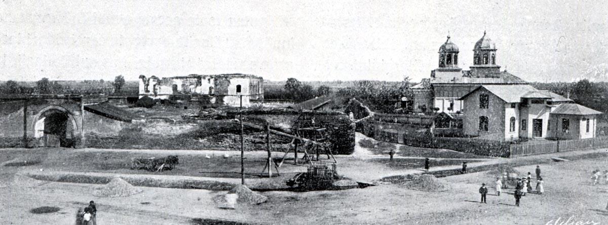 Vedere a curţii de la Potlogi dinspre nord-est. Imagine de la începutul secolului al XX-lea, arhiva C.M.I.