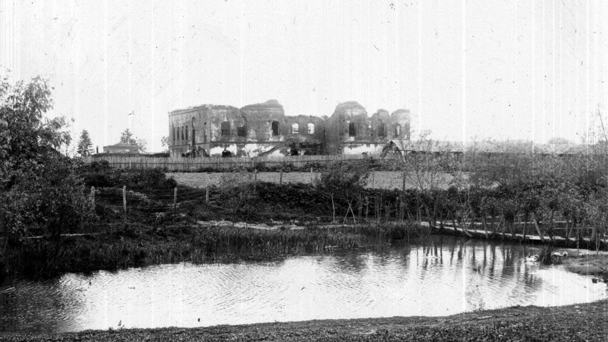 Vedere a curţii de la Potlogi dinspre sud-est. Imagine de la începutul secolului al XX-lea, arhiva C.M.I.