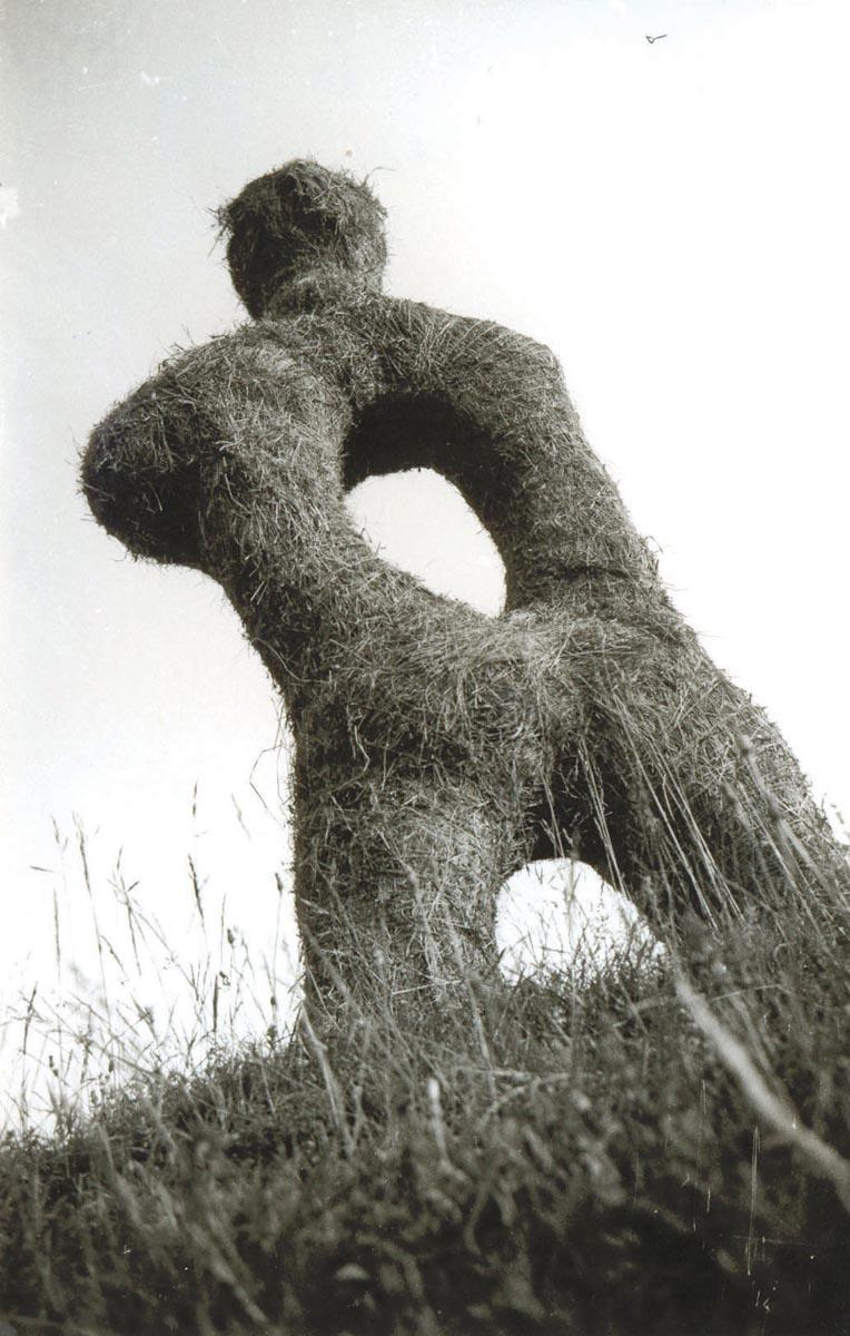 Ernӧ Bartha, Expectant, fân, 247x130x40 cm, 1997 © Rita Fazakas