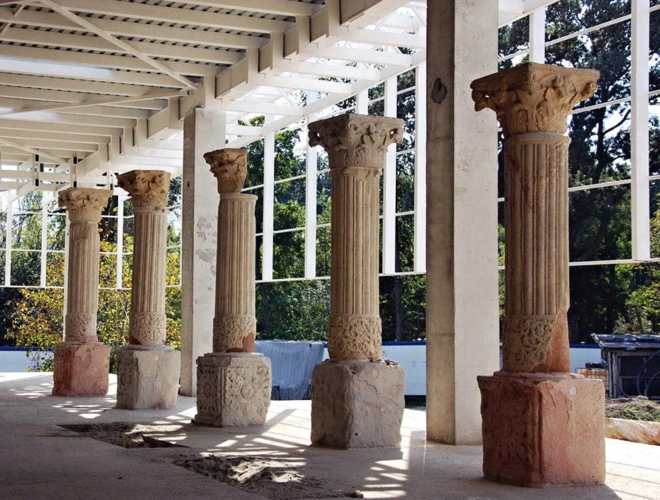 Câteva coloane din pridvorul bisericii montate în lapidariul viitorului memorial în curs de realizare la Mogoşoaia, vedere din octombrie 2014; foto: Alexandru Panaitescu