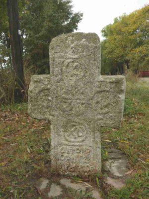 Fig. 1 Cruce de secol XIX, Ştefăneşti, Călăraşi, drumul principal Ştefăneşti-Odaia. Rămasă la locul iniţial, crucea păstrează inscripţia ce, descifrată, ar putea lămuri scopul pentru care a fost ridicată