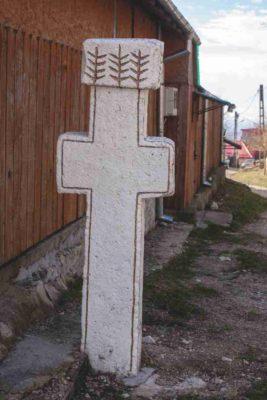 Fig. 10 Cruce de secol XIX, la răscruce de drum, cu motivul Pomului Vieţii pe spatele monumentului, Bădeni, Buzău;