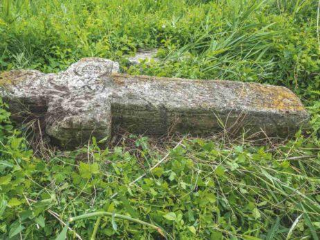 Fig. 20 Cruce de secol XIX, Odaia, Călăraşi. Monumentul este dislocat şi adus la marginea unui fost canal de irigaţii;se observă scrierea şi pe părţile laterale