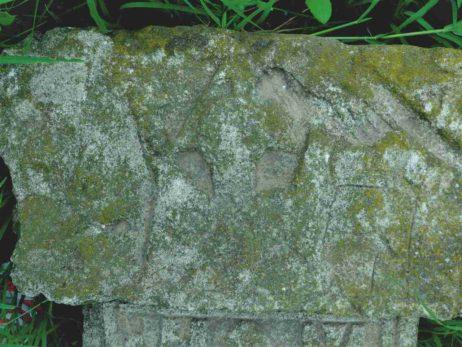 Fig. 22 Detaliu de capitel cu motivul orantului, cruce de secol XIX, Odaia, Călăraşi. Acelaşi motiv se întâlneşte în cimitirul din satul alăturat, Ştefăneşti (Fig. 16), şi în cel de la Greceanca, Buzău (Fig.17).
