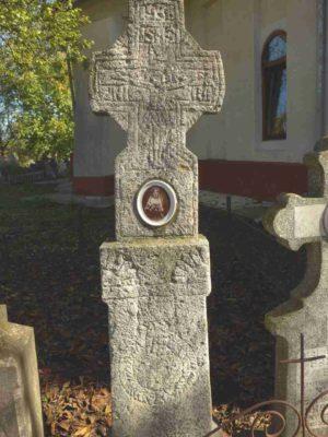 Fig. 25 Cruce de secol XIX cu motivul Mâinii, cimitirul parohial Ştefăneşti, Călăraşi.