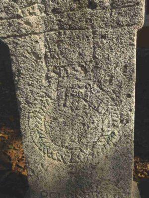Fig. 26 Detaliu cu motivul Mâinii, cruce de secol XIX, cimitirul parohial Ştefăneşti, Călăraşi. Se disting: Iisus răstignit, Floarea vieţii ce a fost frântă, Mâna şi Cununa.
