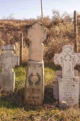 Fig. 29 Cruce de secol XIX cu motivul Mâinii şi Maica Domnului, cimitirul parohial Greceanca, Buzău.