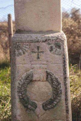 Fig. 30 Detaliu cu motivul Mâinii, cruce de secol XIX, cimitirul parohial Greceanca, Buzău