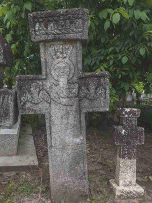 Fig. 38: Cruce de secol XIX, cimitirul parohial, Ştefăneşti, Călăraşi. Similar cu Fig. 37, aici apar doi îngeri, simetric amplasaţi faţă de personajul central, probabil Fecioara Maria, purtând coroană împărătească