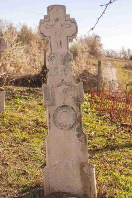 Fig. 41 Cruce de secol XIX, cimitirul parohial Greceanca, Buzău. De o mai mare încărcătură simbolică, acest monument conţine elementul asemănător crucii de la Ştefăneşti - Pomul sau Floarea vieţii (Fig. 24), căruia i se adaugă Crucea-Arbore, pe care este răstignit Iisus; un element vegetal, poate un snop de grâu, se află la baza crucii de sus, iar Cununa recunoaşterii virtuţilor, a vietii veşnice este plasată sub Floarea vieţii. Deşi aflate în judeţe diferite (Călăraşi şi Buzău), ambele monumente (Fig. 23-24) au comun până şi ediculul de deasupra motivului vegetal.