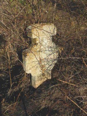 """Fig. 43 Cruce de secol XIX, Ştefăneşti, jud Călăraşi; aflată pe câmp, fiind probabil aproape de hotar şi """"încurcându-i"""" pe săteni în timpul lucrărilor agricole, a fost dislocată, crăpată şi apoi reparată, primind un implant metalic şi un alt loc, mai ferit"""
