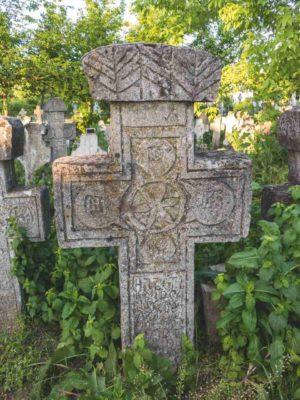 Fig. 9 Cruce de secol XIX, cimitirul parohial, Odaia, Călăraşi. Se remarcă atât motivul solar, stilizat, în centru, precum şi Pomul vieţii, amplasat pe fronton. Acest motiv se regăseşte şi pe crucea spartă şi deplasată la marginea drumului, sub arbuşti (Fig.5-8). Similitudini există între aceste două cruci, una aflată în cimitir, cealaltă - la marginea satului, aceasta din urmă putând fi de hotar ori de pomenire. Acelaşi motiv îl regăsim pe o cruce din judetul Buzău, la Bădeni.