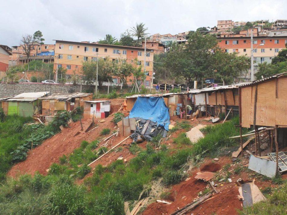 Ansambluri de locuințe construite prin programul național MCMV în Aglomerado da Serra. În plan îndepărtat se observă așezarea informală construită de-a lungul timpului, iar în plan apropiat o ocupare recentă de teren de către noii rezidenți ilegali.
