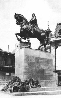 Statuia Regelui Carol I, ridicată în 1939 și demolată în  30-31 decembrie 1947