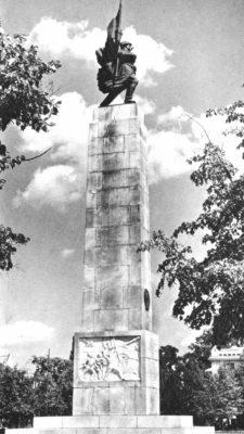 Monumentul Ostaşului Sovietic (1946), amplasat inițial în Piaţa Victoriei