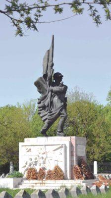 Monumentul Ostaşului Sovietic, mutat în Cimitirul Ostaşilor Sovietici din Şoseaua Pipera. Fotografie din 2014