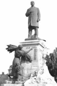 Statuia lui Lascăr Catargiu din mijlocul Pieţei Romane, ridicată în 1907 – sculptor Antonin Mercié - și demontată în jurul anului 1960