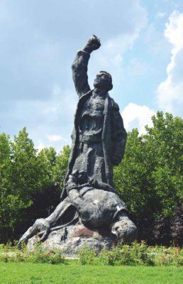 Monumentul dedicat Răscoalei din 1907, amplasat în Parcul Obor, inaugurat în 1972, demontat în 2004 şi reamplasat în 2007 în Parcul Florilor din Pantelimon Fotografii din jurul anului  2018