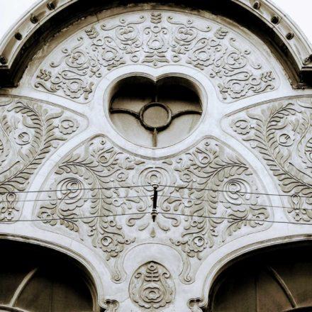 Magazinul de sticlărie şi porţelanuri K.I. Deutsch, 1910, arhitect Ferenc Sztarill, strada Vasile Alecsandri, nr. 4; detaliu ornamentație în stuc și tencuială