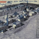 """14 Carte poştală cu fotografia machetei ansamblului Weißenhof, din martie 1927. Desenul cu acoperişurile şarpantă şi turnuri, precum şi inscripţia aparţin… lui Mies van der Rohe. El scrie: Ansamblul de la Weißenhof aşa cum ar arăta dacă ar exista mijloace legale. Abia în 1938, naţional-socialiştii numind Weißenhofsiedlung """"pata de ruşine a oraşului Stuttgart"""", Werkbund a fost nevoit să vândă ansamblul către Reichul german, pentru a fi demolat."""