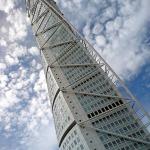 Turnul de locuințe proiectat de Santiago Calatrava ca o clădire emblematică în contextul orașului Malmo, Suedia