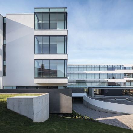 Hotel Privo, proiect 2007-2013, finalizare execuție 2013, arie construită desfășurată 4.560 mp, câștigător Medaliei Președintelui UAR din cadrul BNA, 2014;