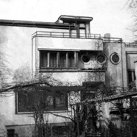 Casa negustorului de vinuri Jean Fuchs, din 1927, este considerată prima casă cubistă din Bucureşti.