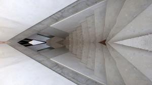 Oglindă și beton aparent la casa din Dionisie Lupu 33.