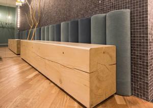 Detaliu bancă din lemn masiv, zona vestiare