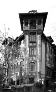 1. Ada Zăgănescu (1889-?) Imobilul Beza-Zăgănescu, Aleea Mitropoliei 19, construită de arhitectă în 1927, în parcelarea Culina-Simotta